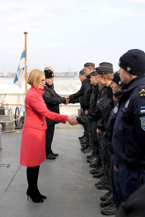 Sisäministeri Paula Risikko saatteli vartiolaiva Merikarhun Välimerelle viime lauantaina.