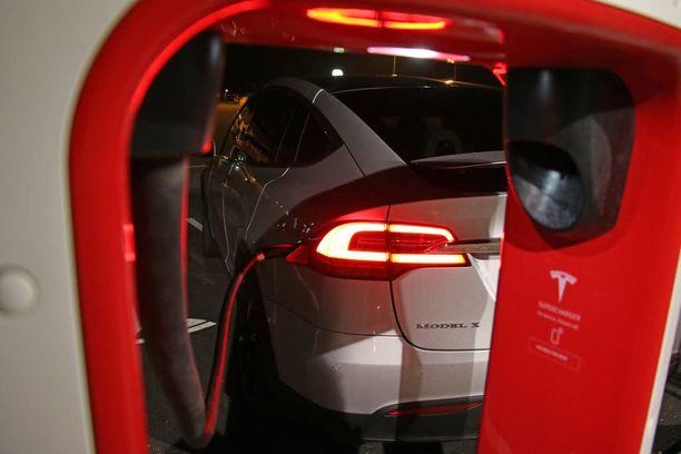 Teslan Super Chargerilla akut latautuvat tunnissa täyteen. Näitä latureita on Suomessa vasta viisi kappaletta.