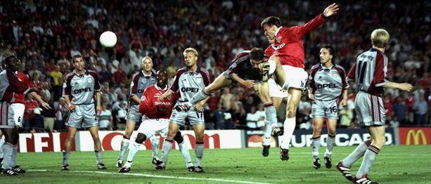 Unitedin Teddy Sheringham puskee takatolpalle, jossa odottaa Ole Gunnar Solskjær.