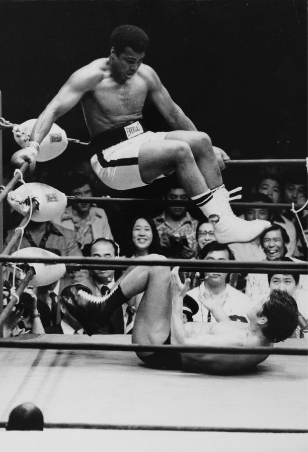 Nyrkkeilyn suurmestari Muhammad Ali otteli itämaisten kamppailulajien monitaituria Antonio Inokia vastaan 1976.