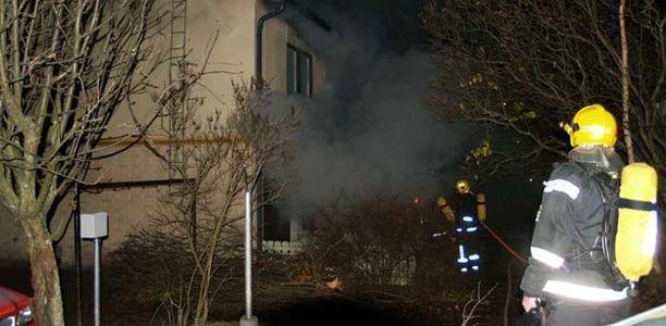 Palomiehet sammuttamassa tulipaloa Helsingin Vesalassa.