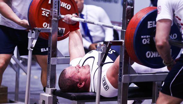 Fredrik Smulterin penkkipunnerruksen ME on 401 kiloa. Kuva klassisen voimanoston MM-kisoista viime vuodelta.