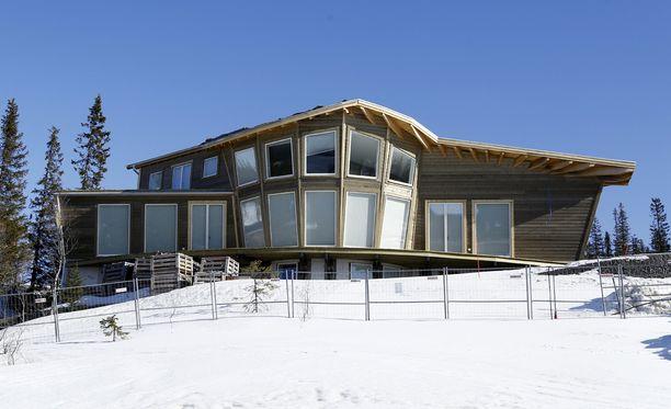 Talo sijaitsee kolmessa kerroksessa. Alin on osittain maan alla.