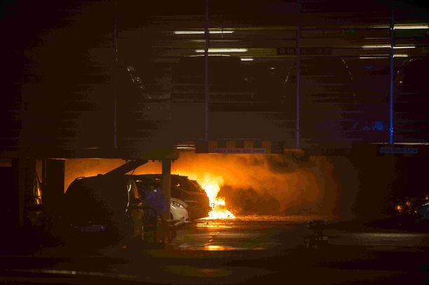 Yli 300 autoa tuhotui palossa.