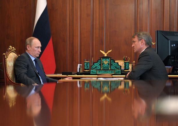 Presidentti Putin ja pankinjohtaja Gref ovat eri linjoilla talousrohdoista.