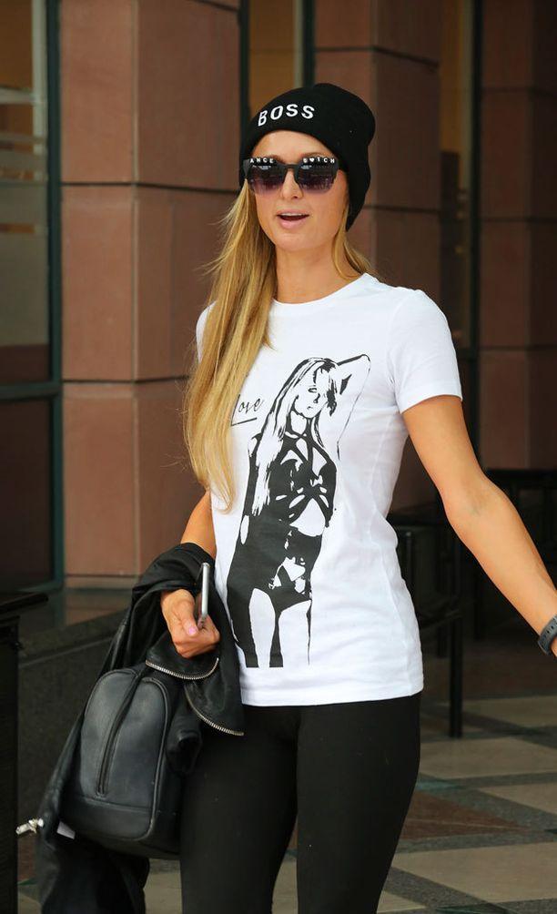Paris Hilton on korostaa rohkeasti itseään.