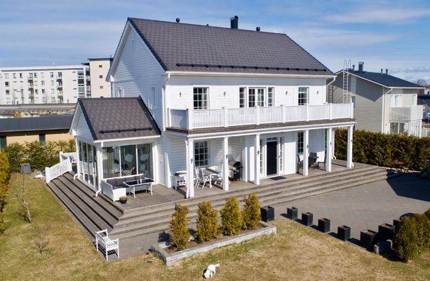 Merellisellä asuntomessualueella olevassa puurakenteisessa talossa on 193 neliötä asuinpinta-alaa. Talon jatke on lasiveranta.