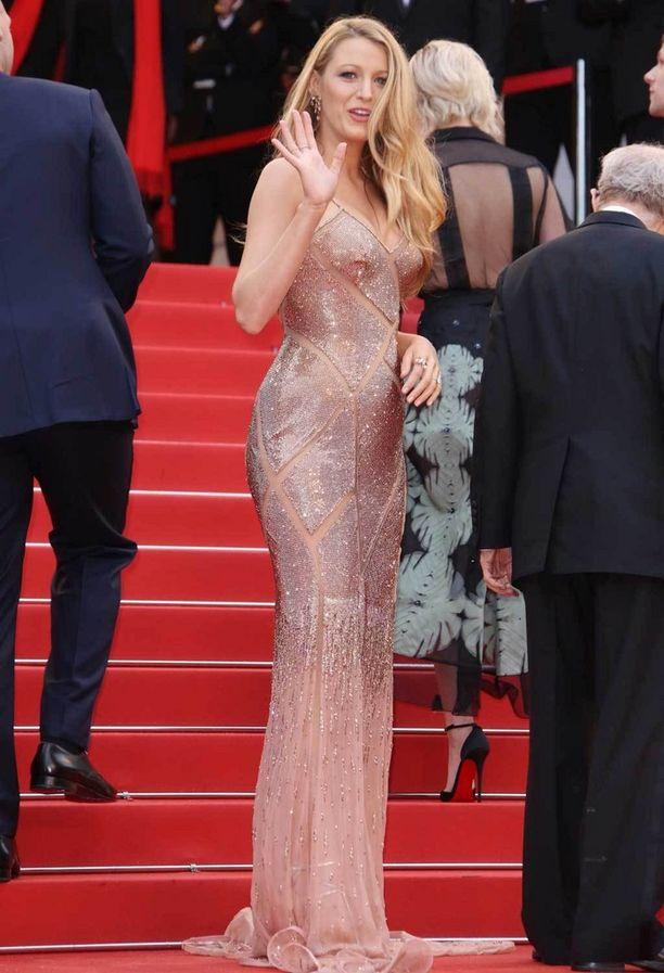 Blake säteili Atelier Versacen metallinhohtoisessa luomuksessa elokuvajuhlien avajaisissa.