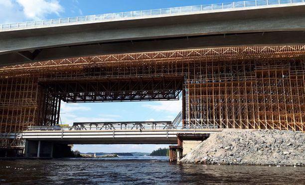Ruumista etsittiin muun muassa tämän sillan alta Laitaatsalmella.