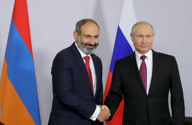 Tänä keväänä Armeniassa puhkesi laajempia mielenosoituksia kunnes tilanne ratkesi Nikol Pashinianin valintaan pääministeriksi. Pashinian (vasemmalla) vakuuttaa maan hyviä suhteita Venäjän kanssa. Hän tapasi Venäjän presidentti Vladimir Putinin heti valintansa jälkeen.