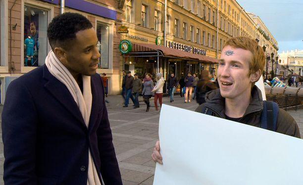Reggie Yates tapaa myös aktivisteja, kuten kuvassa oikealla olevan Kirill Kalugin. Hän joutuu asumaan turvatalossa.