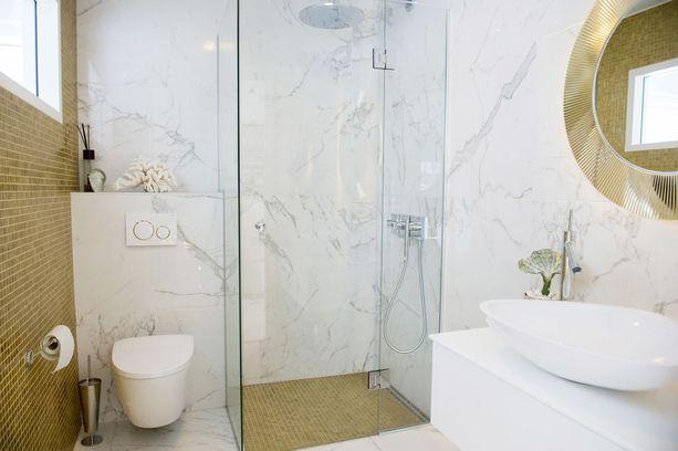 Kylpyhuone huokuu luksusta.