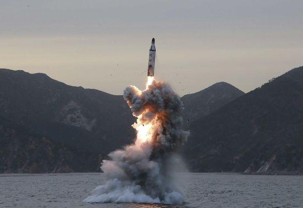 """Pohjois-Korean valtiollinen uutistoimisto KCNA julkaisi tänään kuvan ballistisen ohjuksen """"vedenalaisesta testilaukaisusta"""", joka tehtiin aiemmin."""