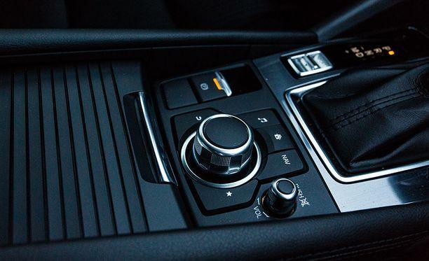 Ajon aikana tieto- ja viihdejärjestelmän kosketusnäyttöä käytetään pyörösäätimen avulla. Turvallisuuden kannalta hyvä asia.