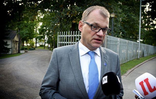 Ulkoministeri Timo Soinin (sin) valtiosihteeri Samuli Virtanen piiloutui sunnuntaina 11. kesäkuuta lähtiessään pääministeri Juha Sipilän (kesk) virka-asunnolta.