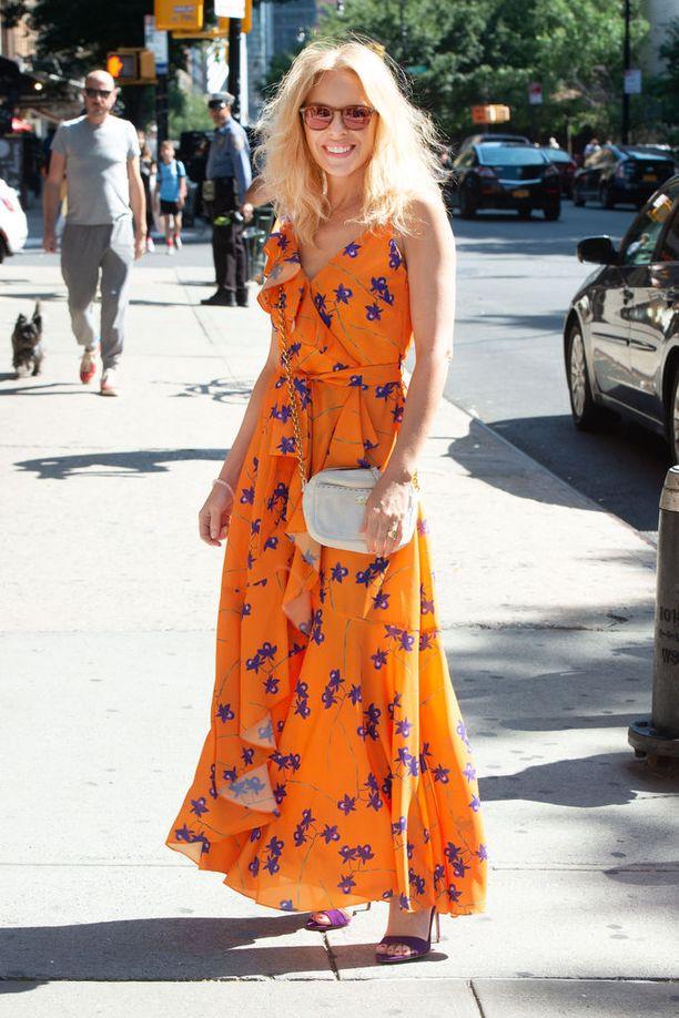 """""""Se alkuperäinen Kylie"""" eli Kylie Minogue nähtiin New Yorkissa alkuviikosta tässä upeassa keltaisessa kukkamekossa. Liehuva printtimaksi on juuri täydellinen kesävaate ja tämä asu onkin täysin kopioitavissa myös Suomen kesään."""