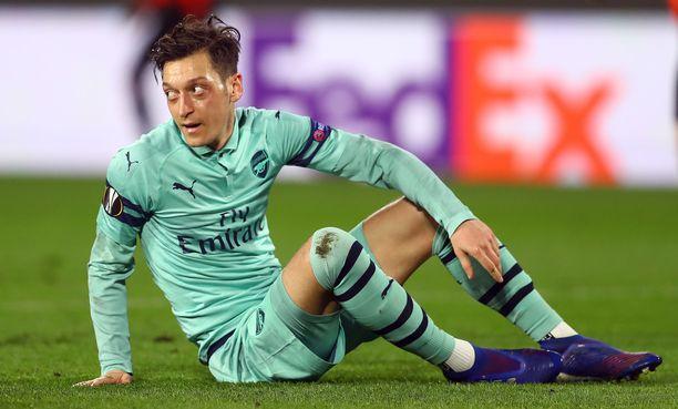 Mesut Özilin kasvoilta voi lukea Arsenal-tuskan.