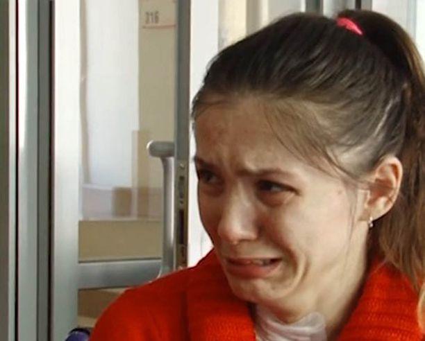Äiti joutuu kertomaan joka ilta Veronikalle, että mies ei ole tulossa kotiin. Se murtaa Veronikan.