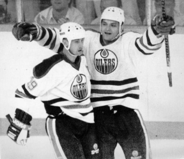 Wayne Gretzky (vas.) teki NHL:ssä käytännössä mitä tahtoi. Kuvassa samassa ketjussa pelannut Esa Tikkanen.