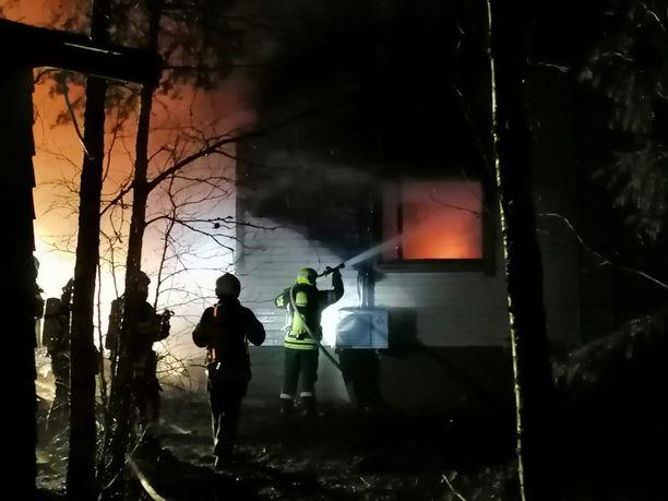 Palokunnan saapuessa paikalle, oli rintamamiestalo jo ilmiliekeissä.