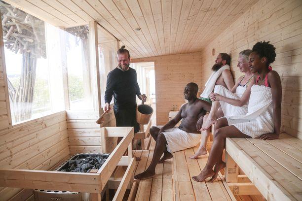 Saunassa toimii myös opastus suomalaisiin saunatapoihin. Opastajana saunamajuri Pasi Remsu.