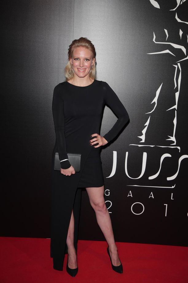 Laura Birnin mustassa mekossa oli iso halkio.