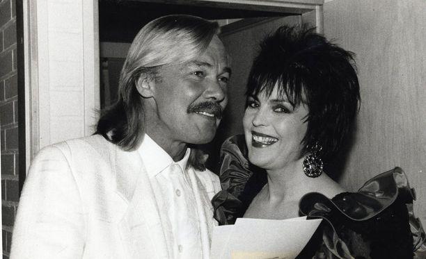 Kari Tapio poseeraa Paula Koivuniemen kanssa vuonna 1990.