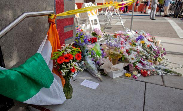 Onnettomuuspaikan läheisyyteen tuodaan koko ajan lisää kukkia ja muistoesineitä.