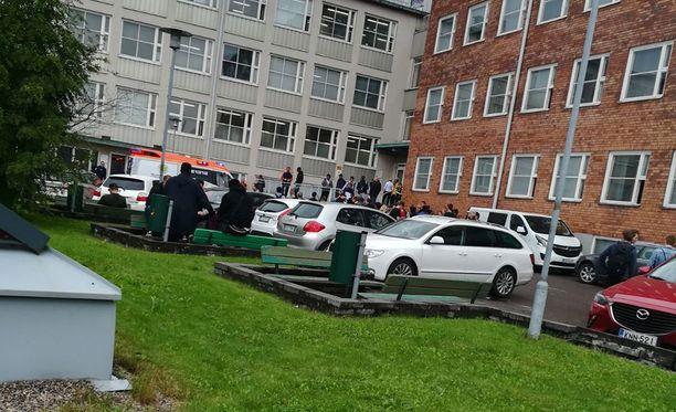 Koulun oppilaat ja henkilökunta lähtivät ulos rakennuksesta, kun olivat tunteneet kaasumaista ainetta sisällä.