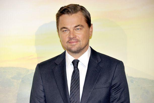 Leonardo DiCaprio kantaa huolta ilmastonmuutoksesta.