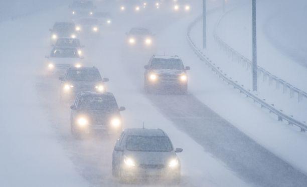 Ilmatieteen laitoksen mukaan lumi- ja räntäsateet haittaavat joulun paluuliikennettä tiistaina.