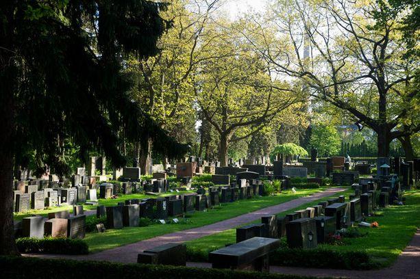 Eniten hautakiviä on jouduttu kumoamaan Hietaniemen hautausmaalla. Arkistokuva.
