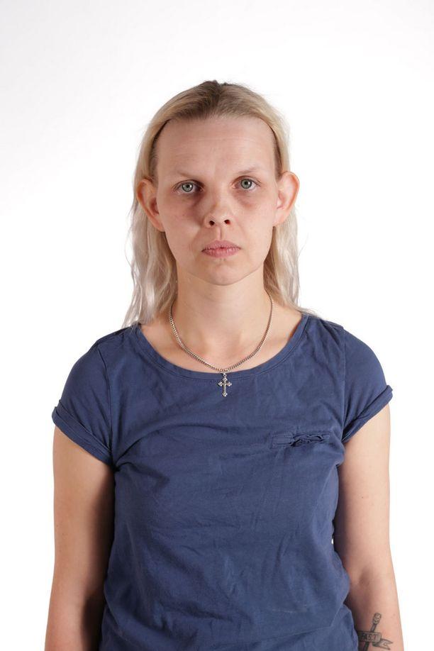 Ennen muodonmuutosta Henna näyttäytyi hörökorviensa takia ilman pantaa vain muutamille läheisille ihmisilleen.