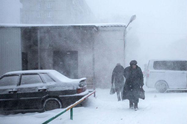Ihmisiä kävelemässä lumimyrskyn läpi viime viikolla Venäjän Omskissa, Lounais-Siperiassa.