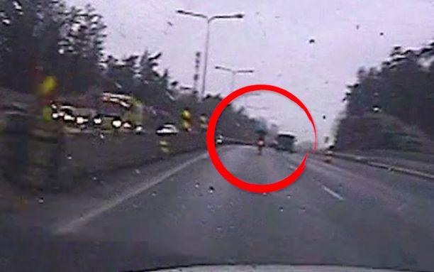 Järjetön keuliminen ja ylinopeus tallentui poliisiauton kameraan sateessa Turun moottoritien työmaalla.