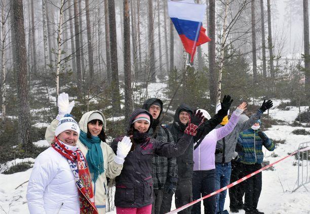 Venäläiskannattajat pitivät lujaa ääntä Kontiolahden metsässä perjantaina naisten pikakilpailun aikana.
