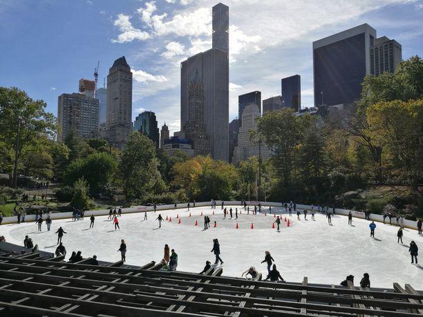 Central Parkissa voi myös verrytellä luistelutaitojaan.