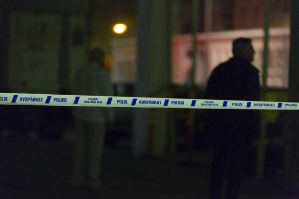 Poliisi varautui tilanteeseen perusteellisesti ja sulki katuja eristysnauhoilla.