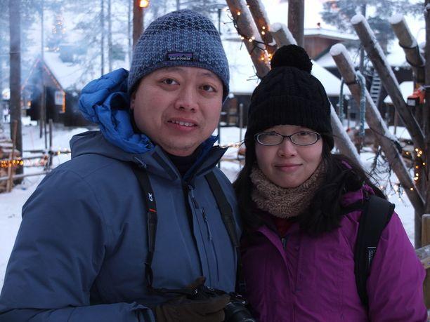Meillä ei ole lunta ja on aina lämmin. Kaikki on niin eksoottista meille, sanoo kiinalainen Yanren Zhang (vasemmalla). Vierellä Yan Yang.