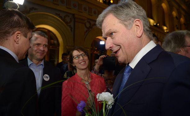 Kokoomuksen puheenjohtaja Petteri Orpo ja kristillisdemokraattien puheenjohtaja Sari Essayah onnittelivat Sauli Niinistöä voitosta.