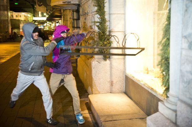 Kaksi nuorta miestä yritti pirstoa näyteikkunan pyörätelineellä Helsingissä itsenäisyyspäivänä 2014.