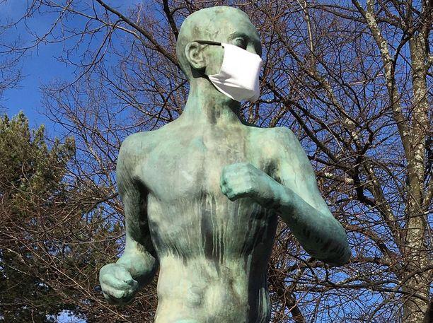 Paavo Nurmen patsaskin oli saanut hengityssuojaimen.