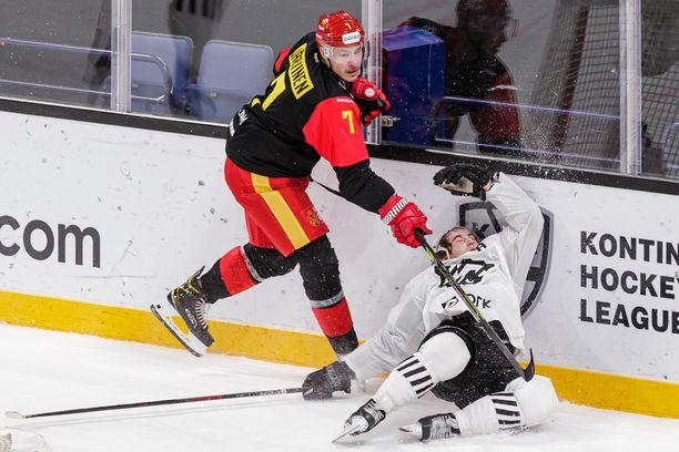 Joonas Järvinen käytti voimaa Jokerien riveissä KHL-ottelussa Traktor Tsheljabinskia vastaan marraskuussa.