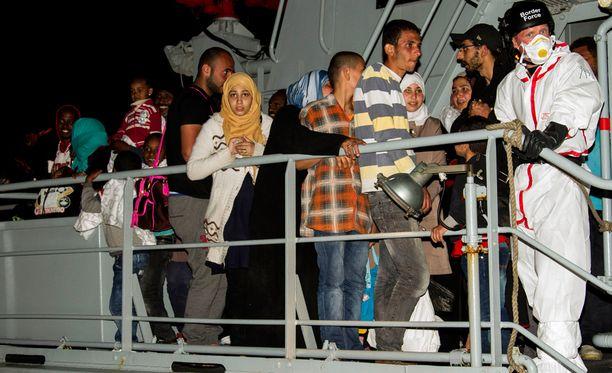 Lampedusan saarelle saapuneet pakolaiset odottivat pääsyä Eurooppaan kesäkuun alussa.