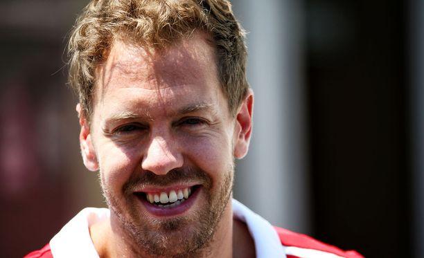 Sebastian Vettel viettää 30-vuotissynttäreitään Pariisissa FIA:n pääkonttorissa.