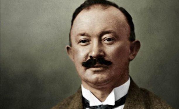 Kun Hugo Boss liittyi kansallissosialistiseen puolueeseen, hän alkoi saada tilauksia univormuista.