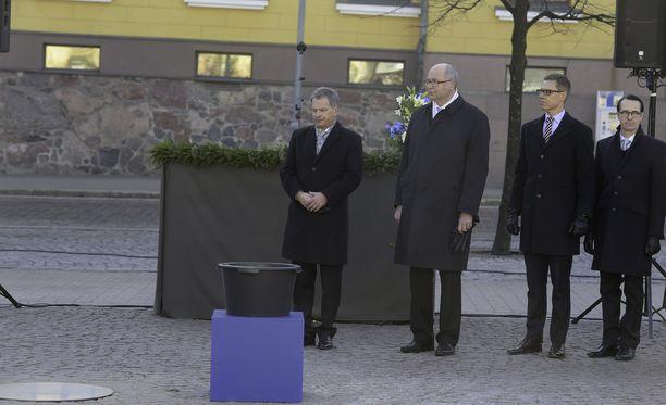 Kuvanveistäjä Pekka Kauhasen Valon tuoja -muistomerkin paljastaminen on osa Suomen itsenäisyyden satavuotisjuhlallisuuksia. Kuva muistomerkin peruskiven muuraustilaisuudesta, joka pidettiin talvisodan päättymisen vuosipäivänä 13.3.2015.