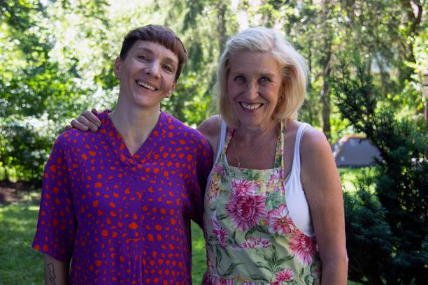 Maria Veitola on alusta asti yhtä hymyä, kun hän tapaa lapsuusidolinsa Eija Vilppaan. Toimittajan on heti helppo olla näyttelijän kanssa.