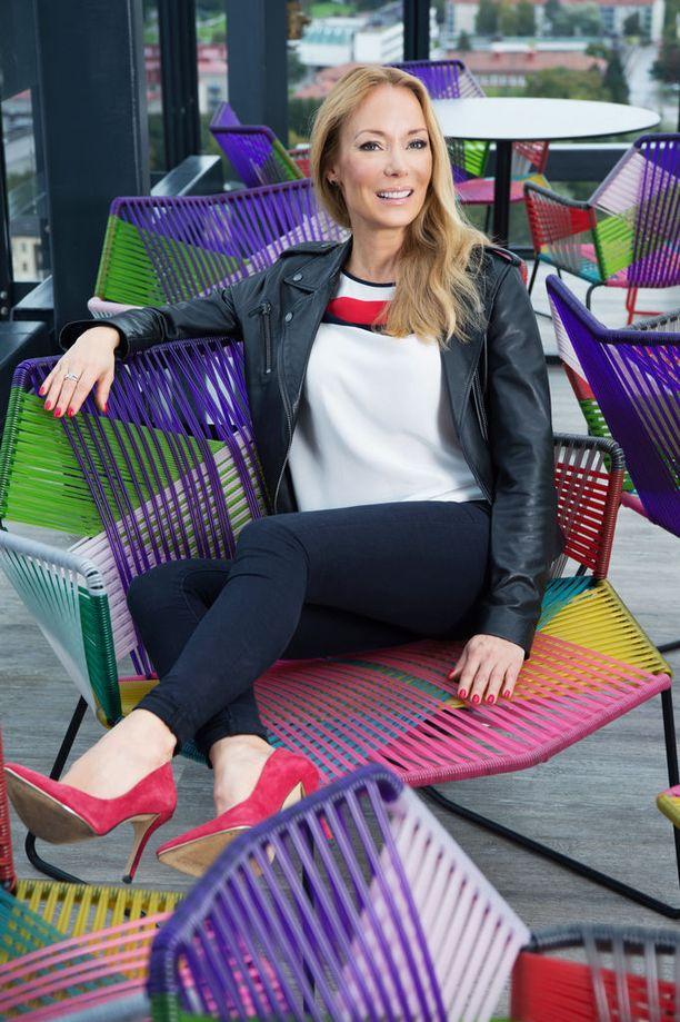 Jenni Ahola vetää Tommy Hilfigerin konseptiliikettä Ideaparkissa. Hän on itse liikkeessään myymässä kahdesta kolmeen päivänä viikossa.On tärkeä pitää itselläkin tuntuma siihen, missä mennään.
