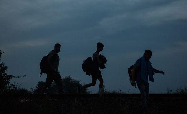 Ihmisiä käveli eilen illalla rautatiekiskoja pitkin Röszken kaupungin läheisyydessä.